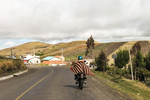 tipico motociclante ecuadoriano